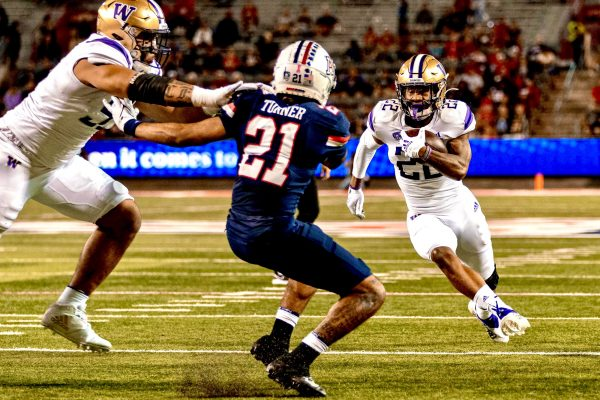 Huskies Escape Down In The Desert With 21-16 Victory Over Arizona